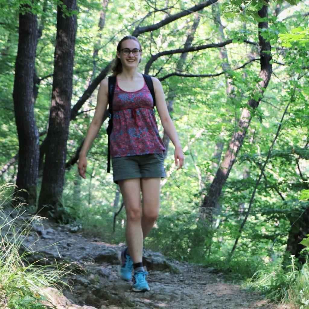 Mandy im Wald beim Wandern